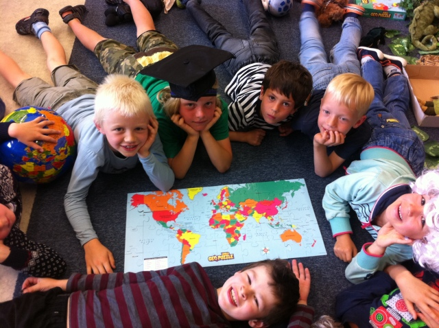 first-graders-and-world-map-puzzle